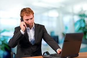 Geschäftsmann am Telefon 01