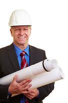 Architekt im Anzug mit Helm und Bauzeichnungen